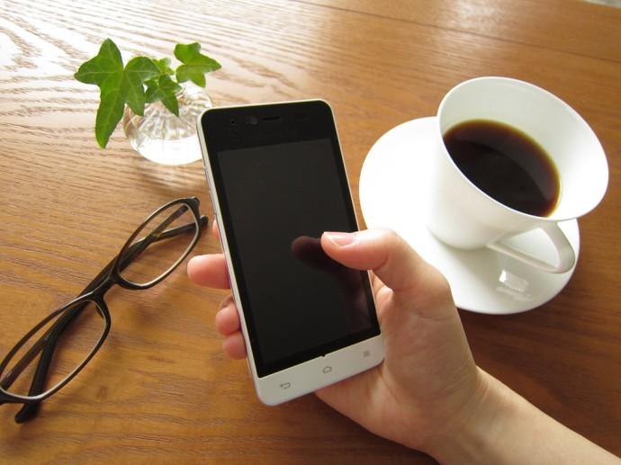 スマートフォンを操作している写真