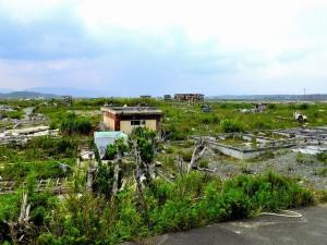 地震で倒壊する建物の写真