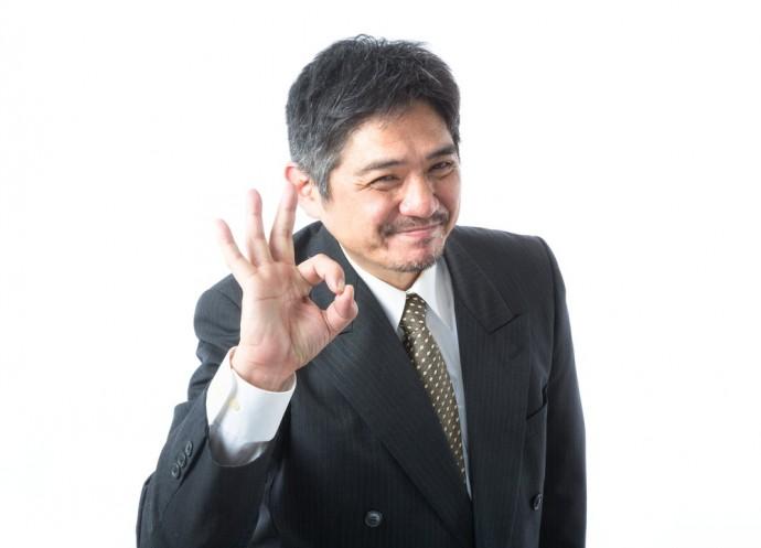 OKサインを出す男性の写真