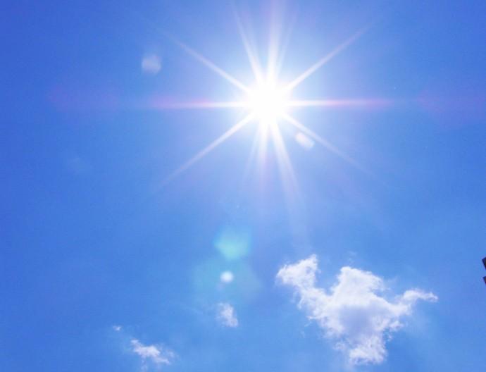 空と太陽光の写真