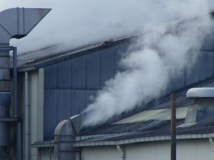 工場から排出される水蒸気の写真