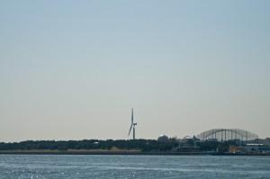 海岸沿いの風力発電の写真
