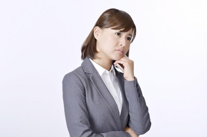 不安な顔をする女性の写真